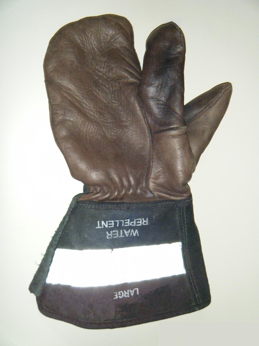 Mitt for working outdoors with separate index finger